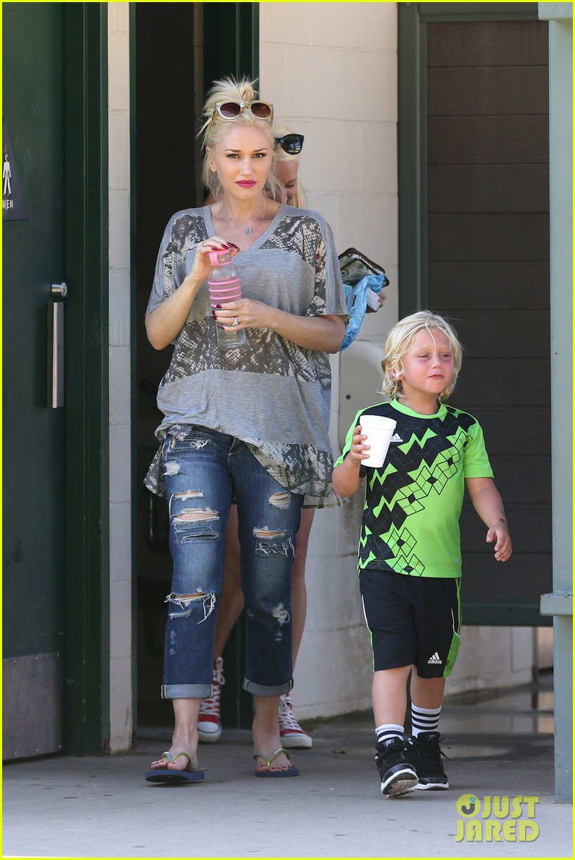 gwen stefani mommy duties with kingston and zuma 222954087