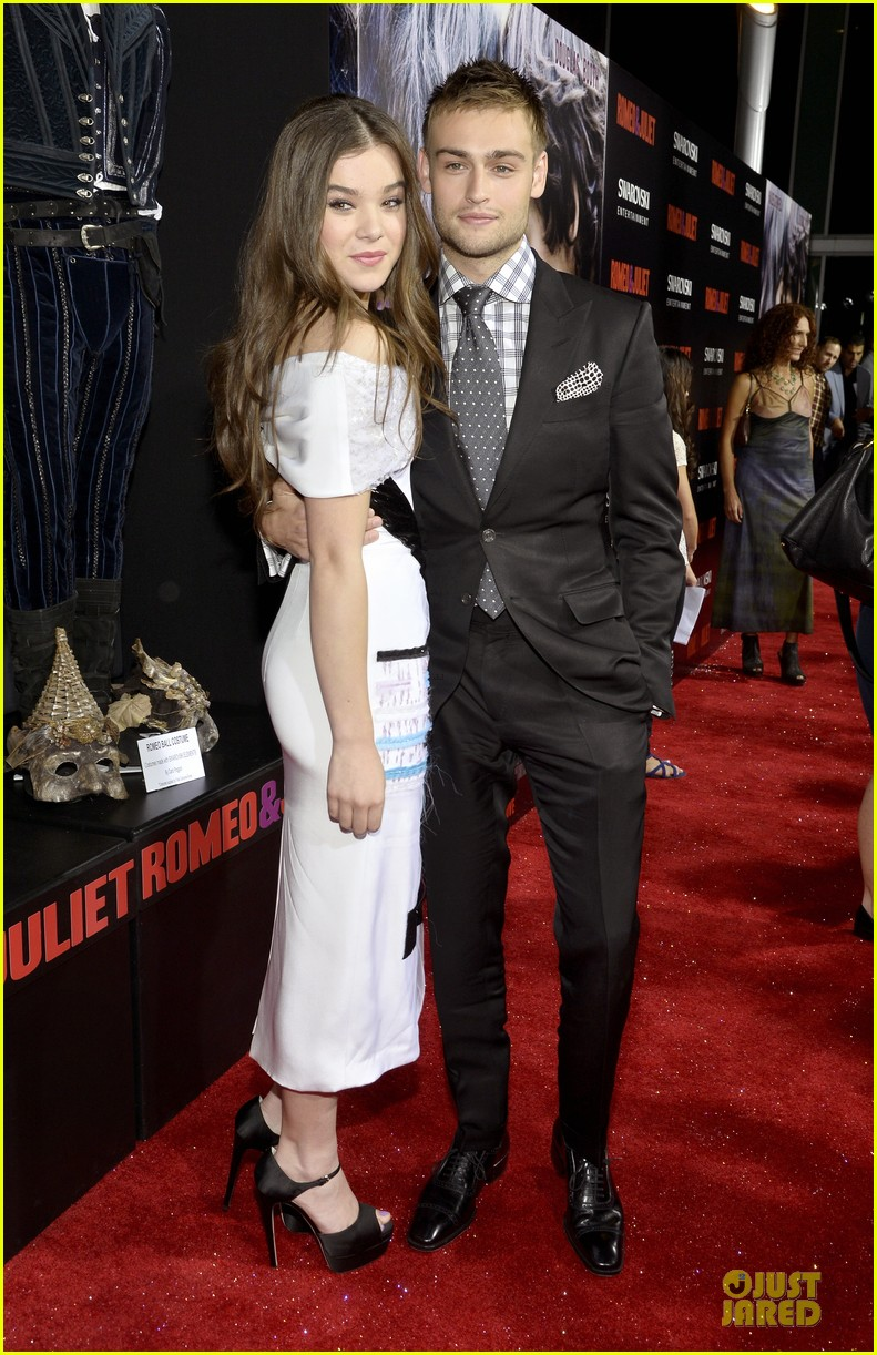 hailee steinfeld douglas booth romeo and juliet premiere 012959529