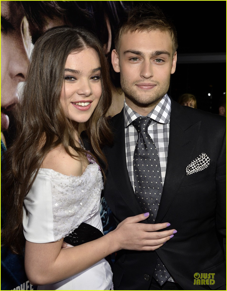 hailee steinfeld douglas booth romeo and juliet premiere 062959534