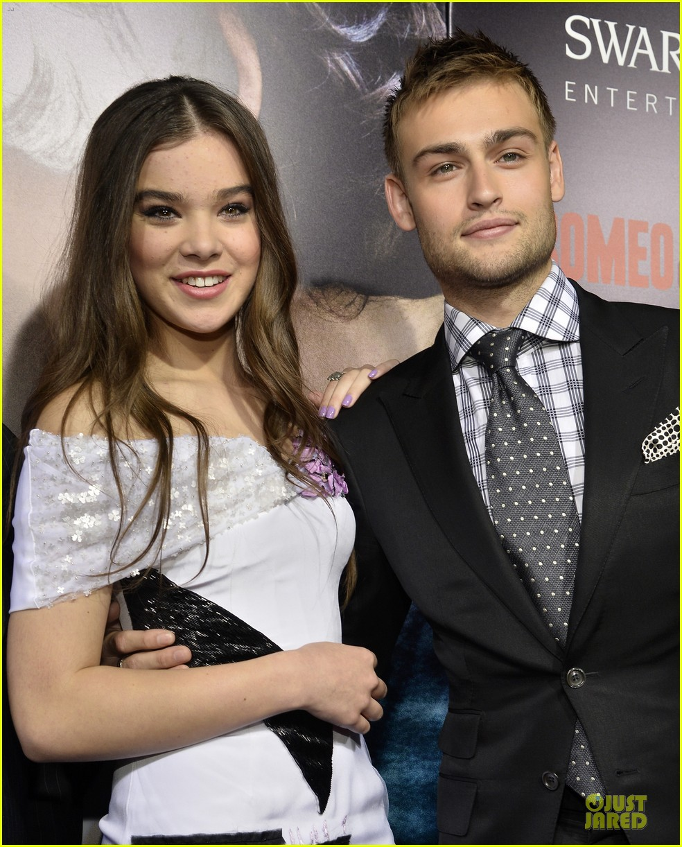 hailee steinfeld douglas booth romeo and juliet premiere 082959536