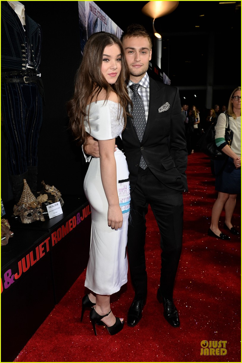 hailee steinfeld douglas booth romeo and juliet premiere 122959540
