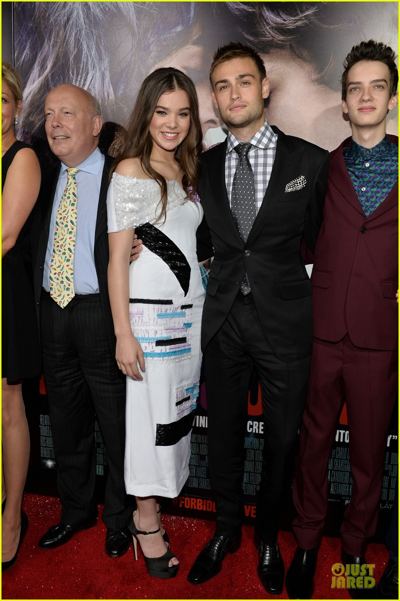 hailee steinfeld douglas booth romeo and juliet premiere 14