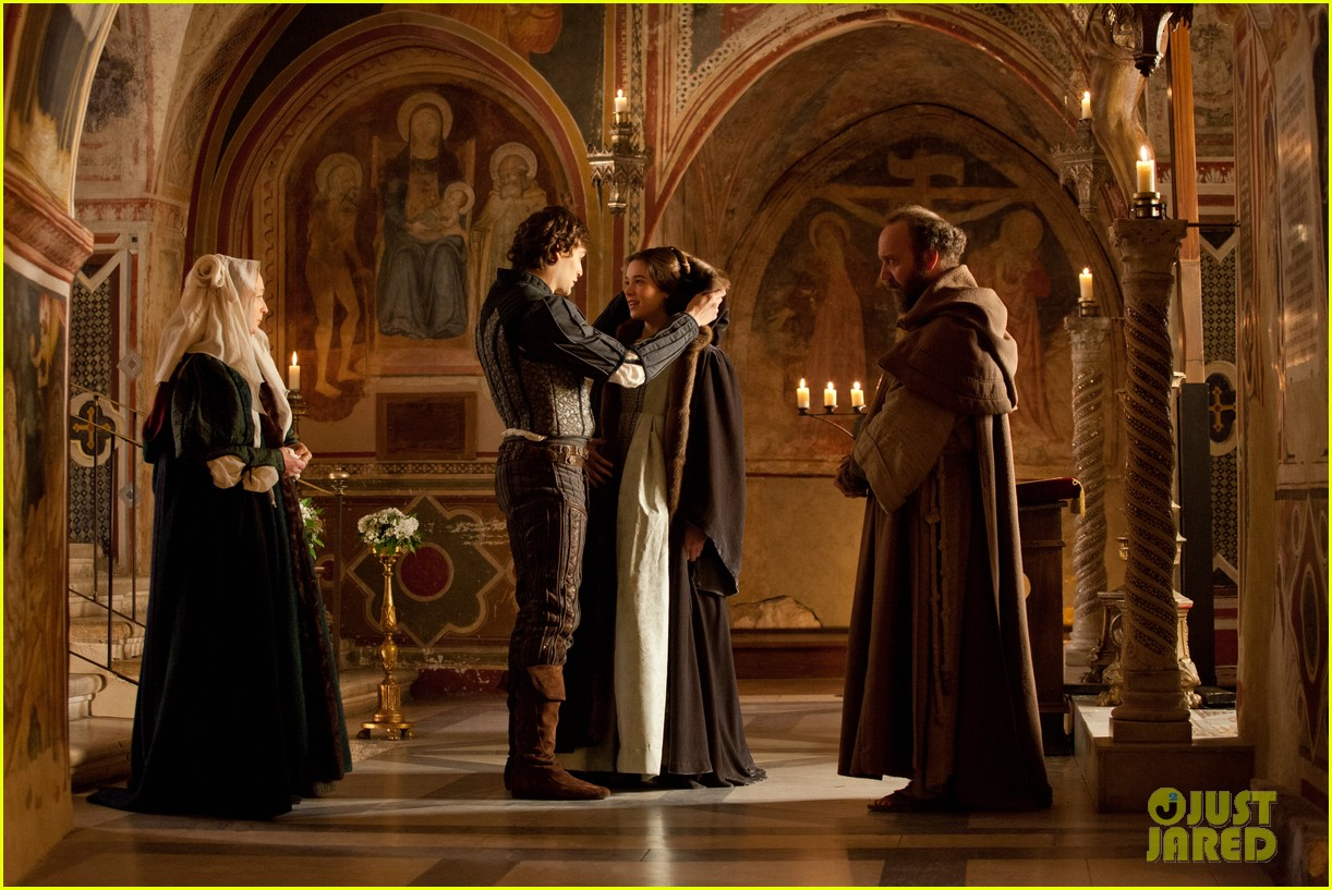 hailee steinfeld douglas booth first kiss in romeo juliet exclusive clip 062960185