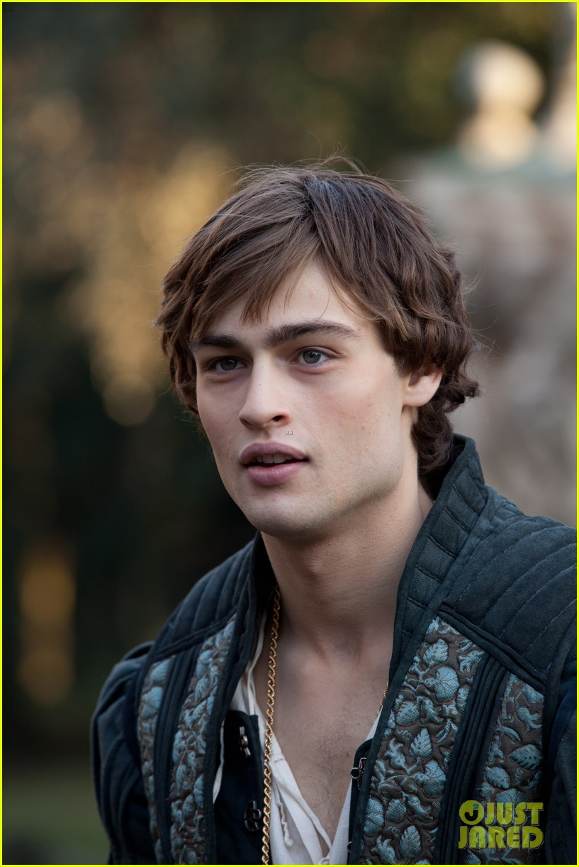 hailee steinfeld douglas booth first kiss in romeo juliet exclusive clip 092960188