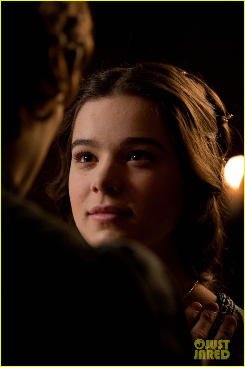 hailee steinfeld douglas booth first kiss in romeo juliet exclusive clip 122960191