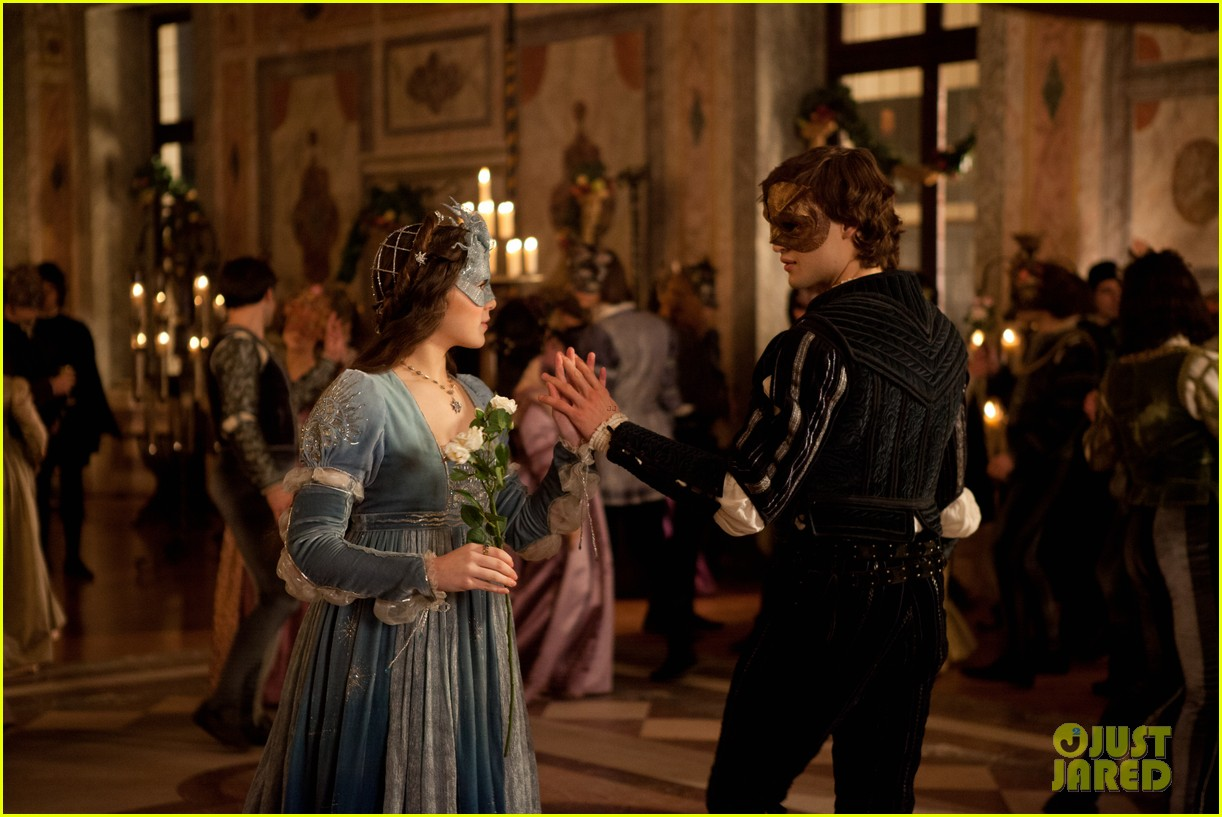 hailee steinfeld douglas booth first kiss in romeo juliet exclusive clip 142960193