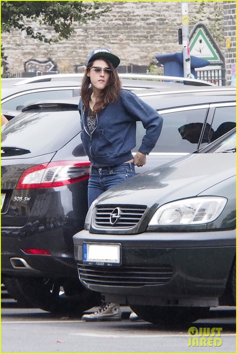kristen stewart strolls around berlin on labor day 04