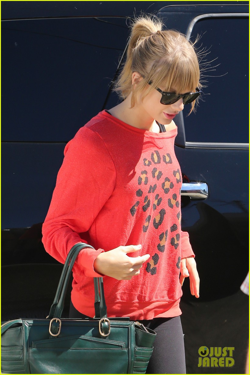 taylor swift wears her favorite color to dance class 042962548
