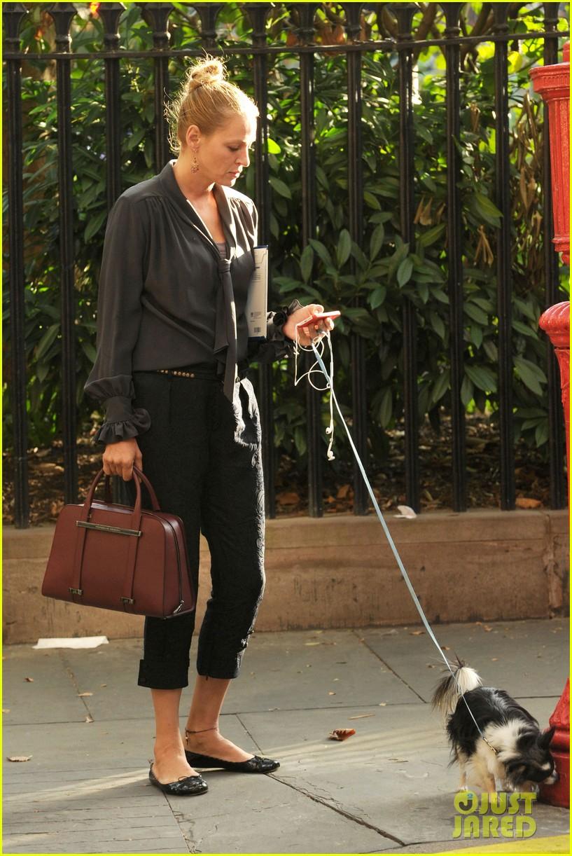 uma thurman walks her adorable dog in the big apple 012960742
