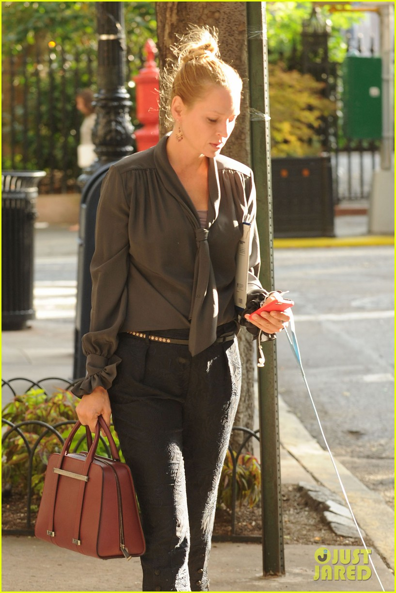 uma thurman walks her adorable dog in the big apple 042960745
