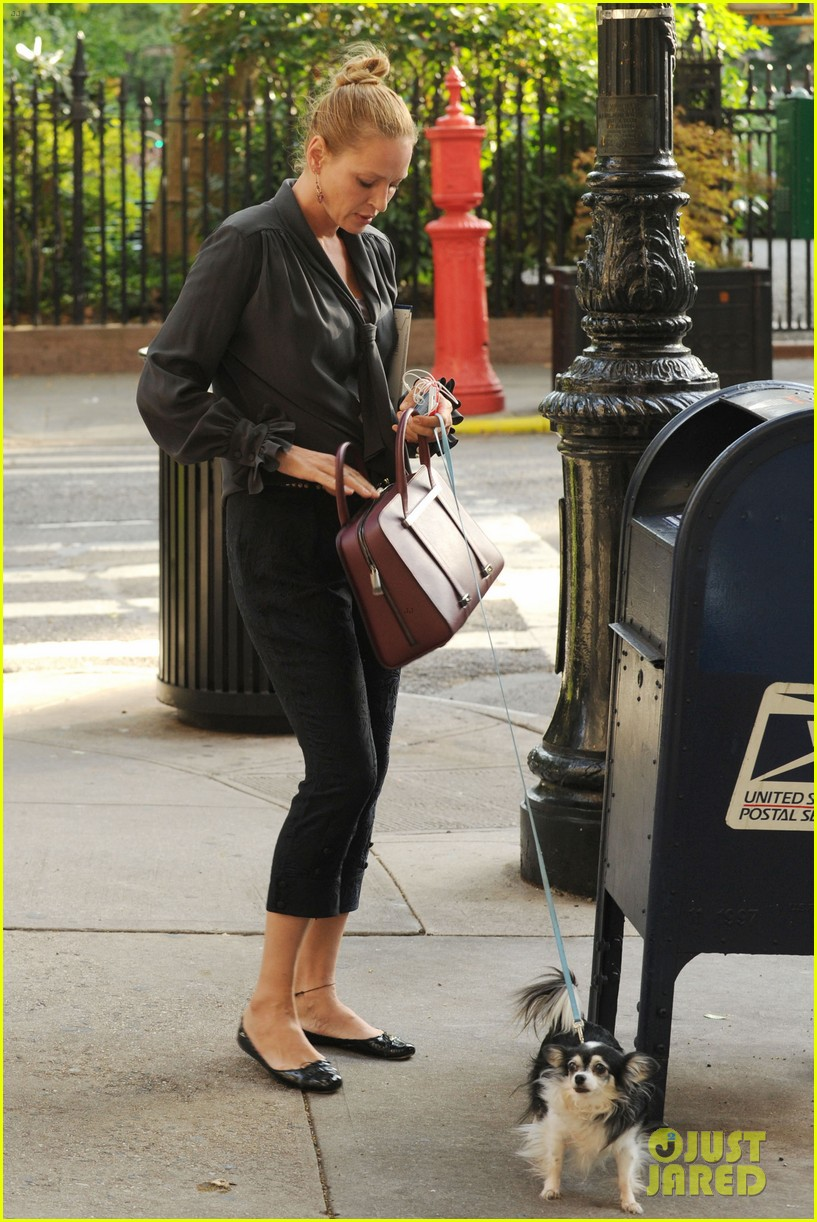uma thurman walks her adorable dog in the big apple 052960746