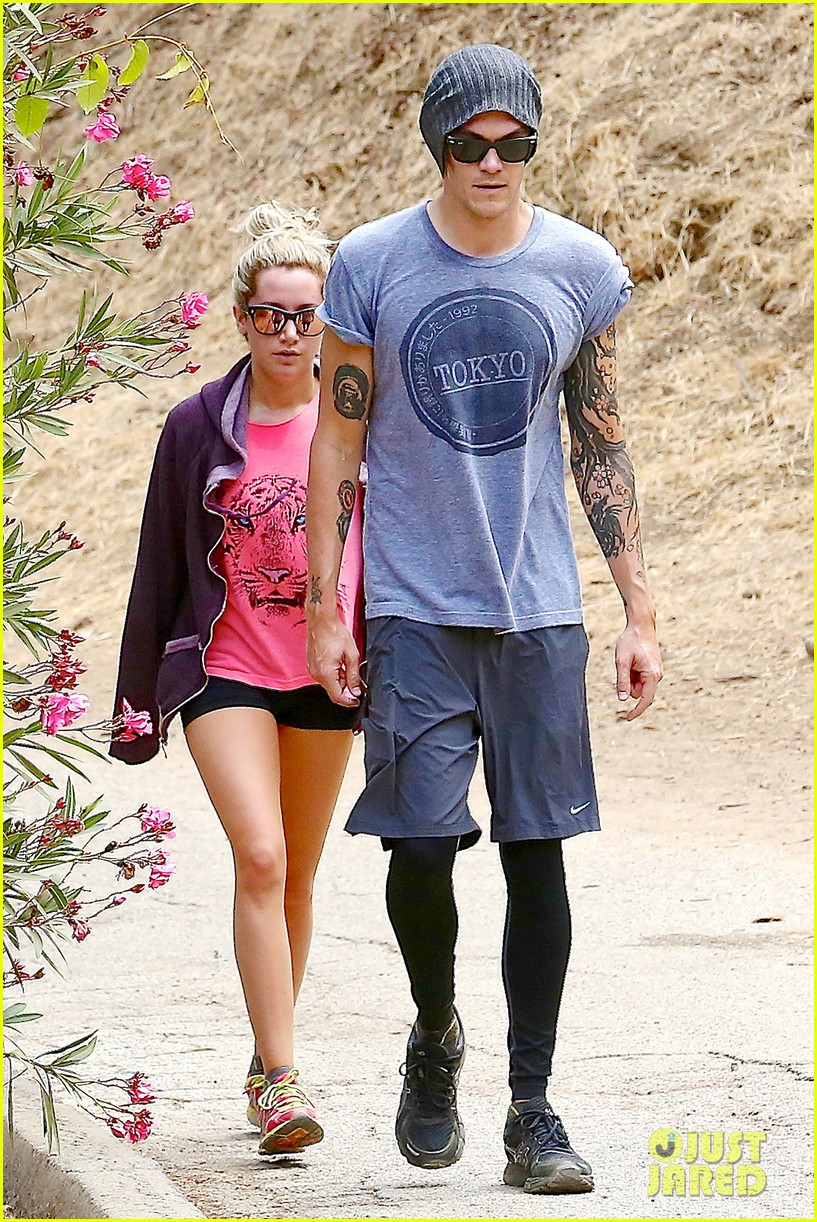 ashley tisdale labor day party with christopher french 24
