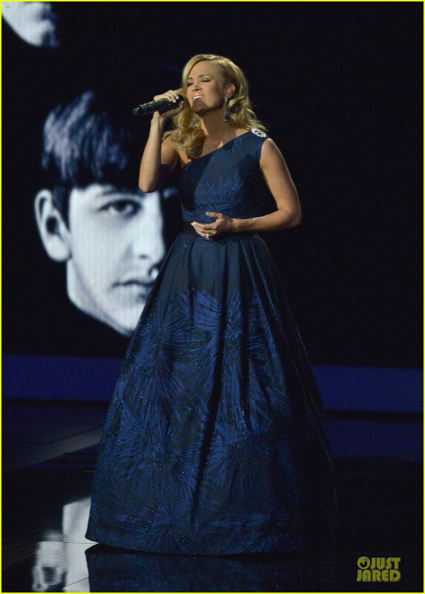 carrie underwood emmys 2013 performance watch now 03