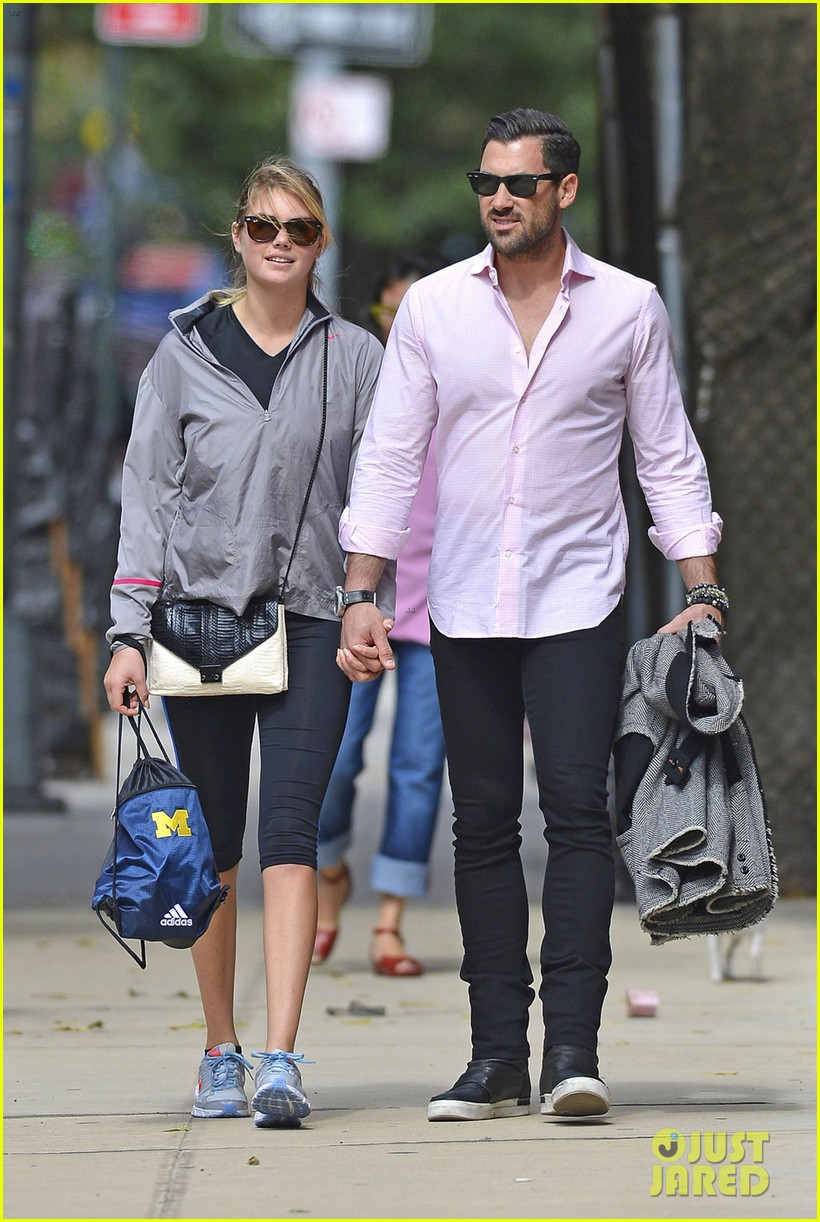kate upton holds hands with maksim chmerkovskiy 012963177