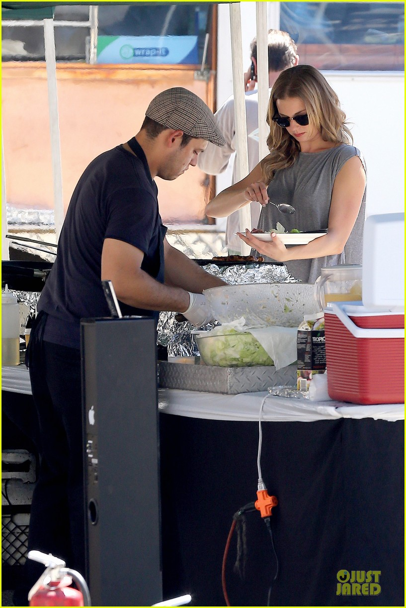 emily vancamp lunch break on revenge set 102959653