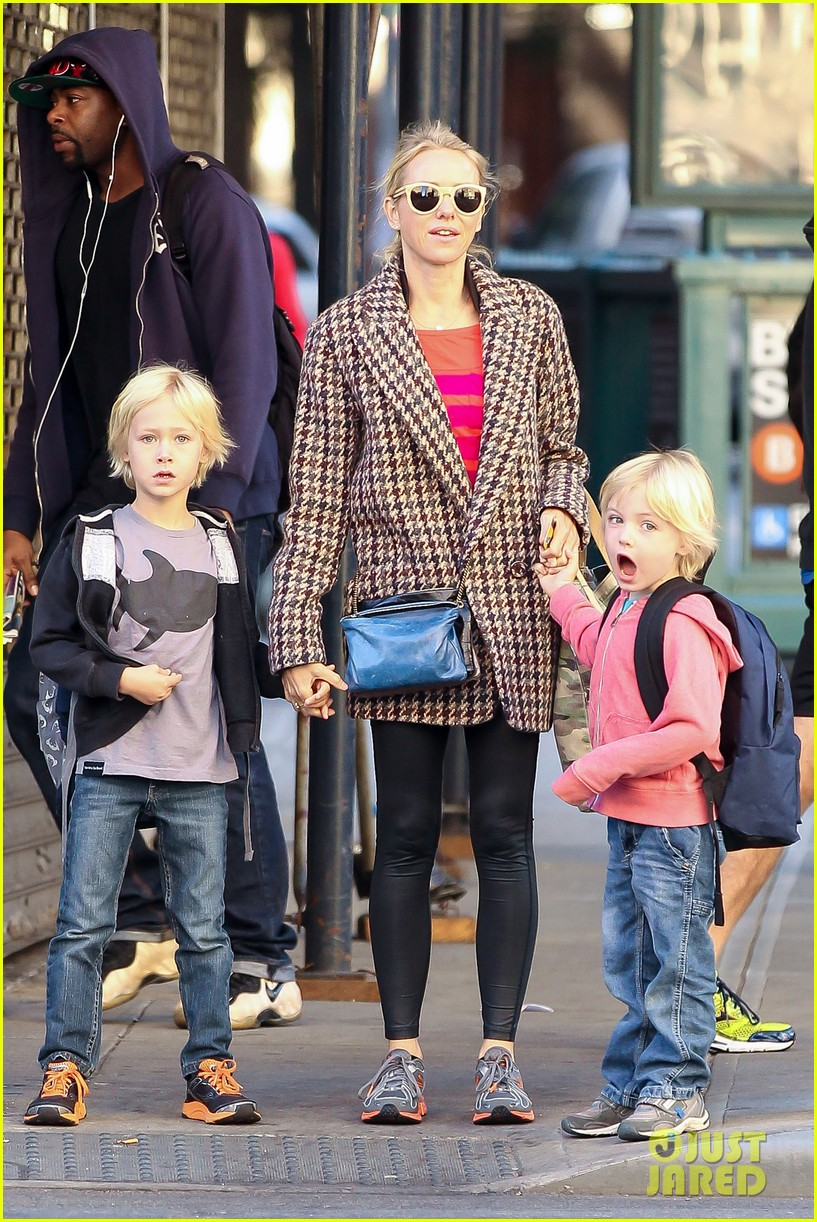 naomi watts rides the subway with her boys 02