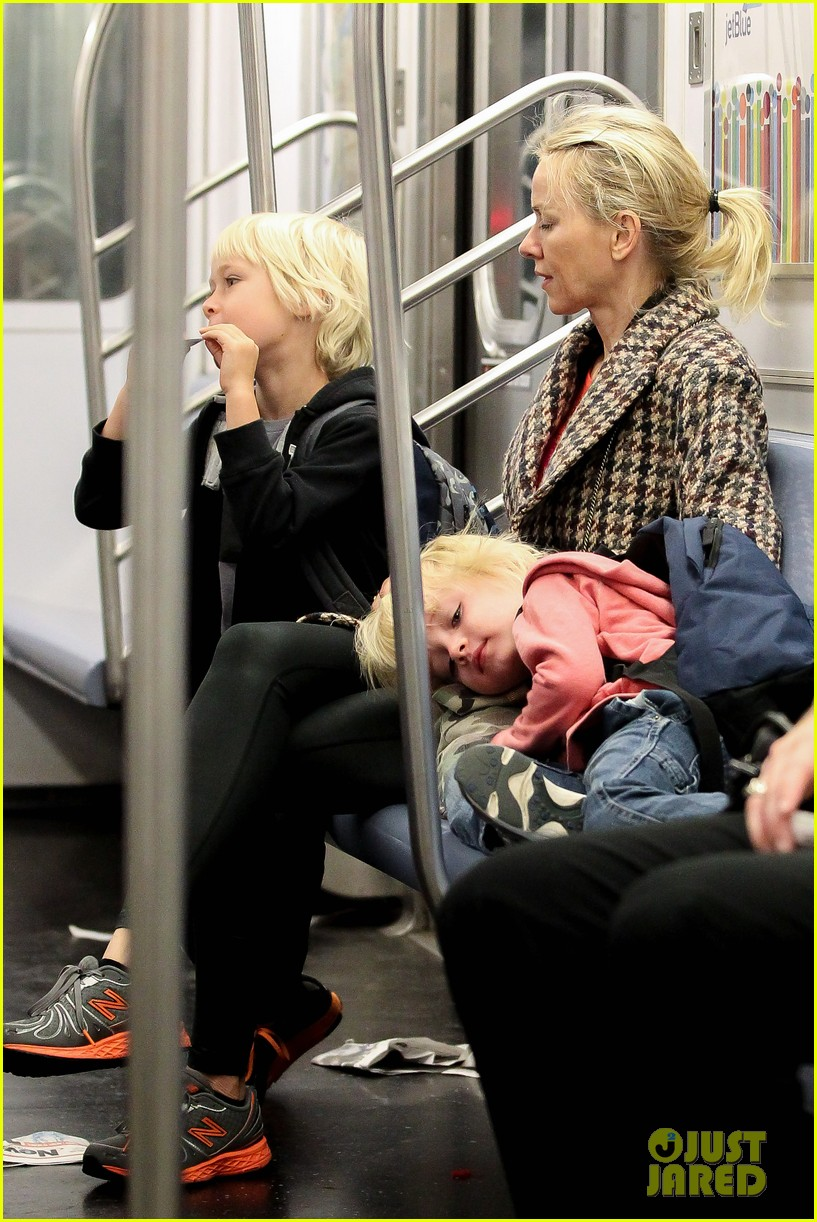 naomi watts rides the subway with her boys 062959851