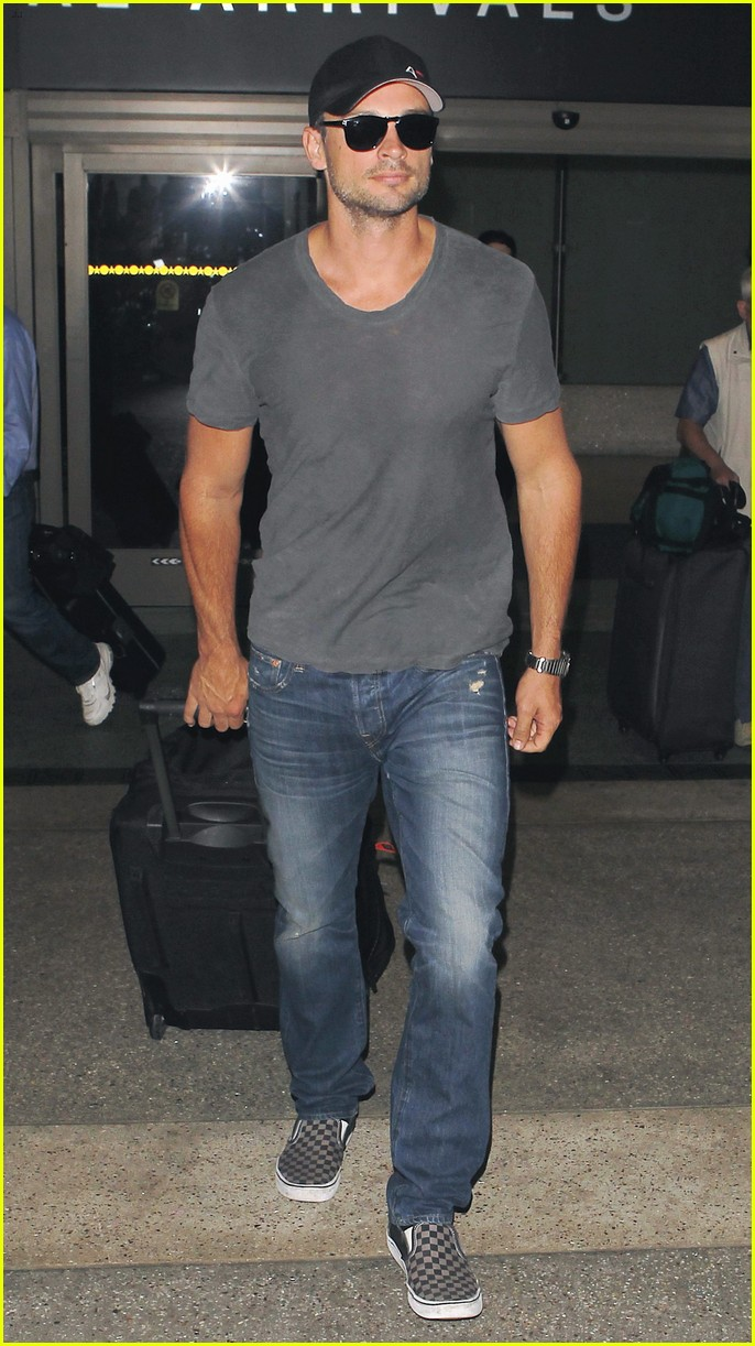tom welling lands in los angeles after venice film festival 012944623