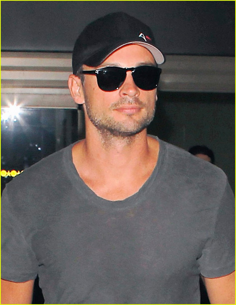 tom welling lands in los angeles after venice film festival 022944624