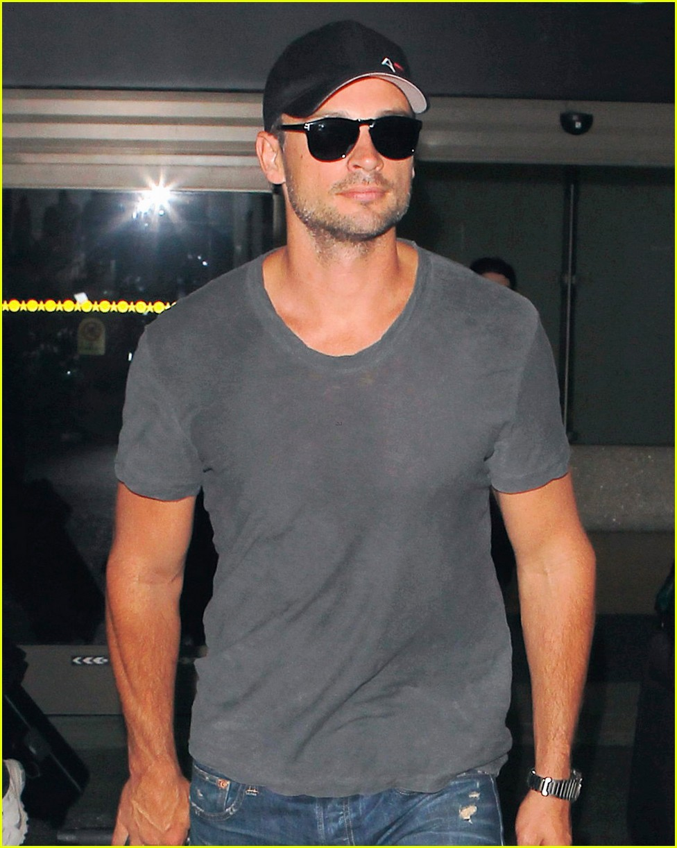 tom welling lands in los angeles after venice film festival 032944625