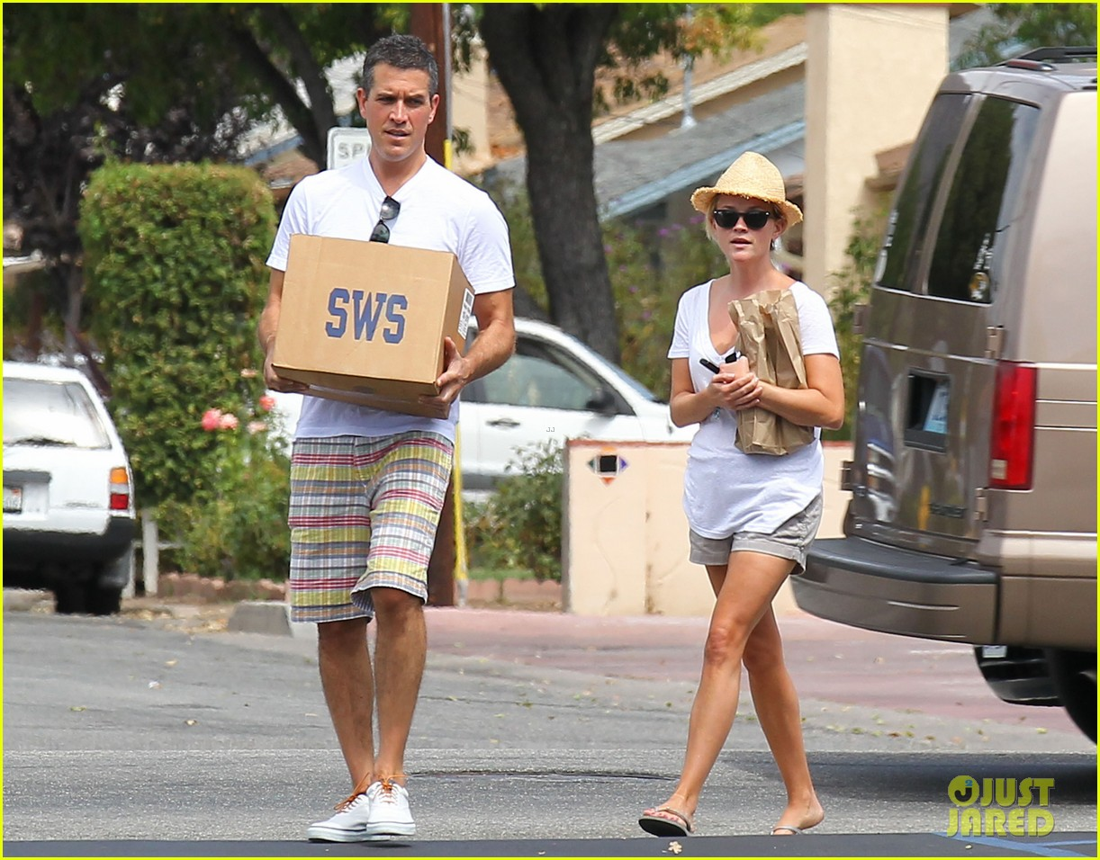 reese witherspoon jim toth labor day grocery shopping 122942388