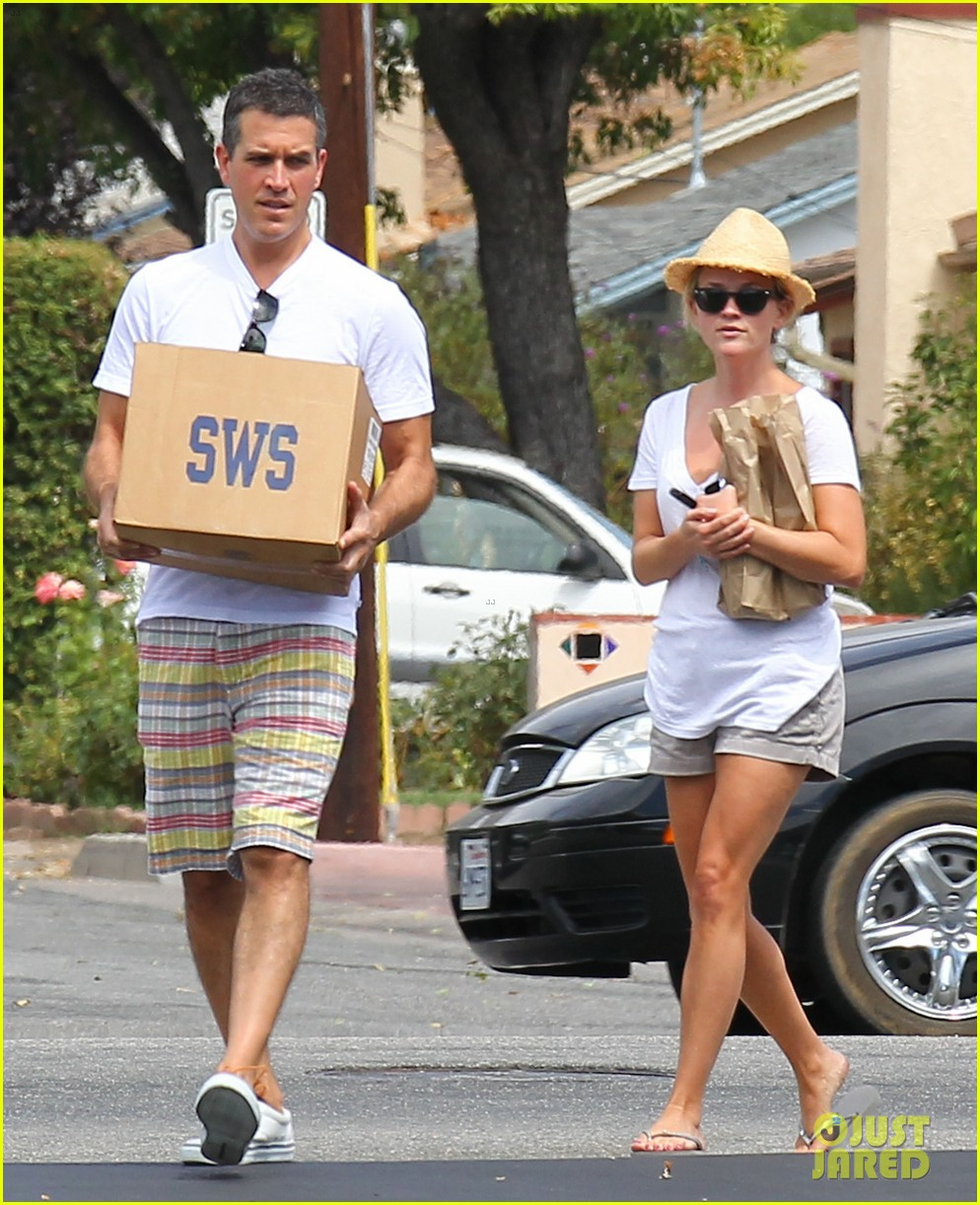 reese witherspoon jim toth labor day grocery shopping 132942389