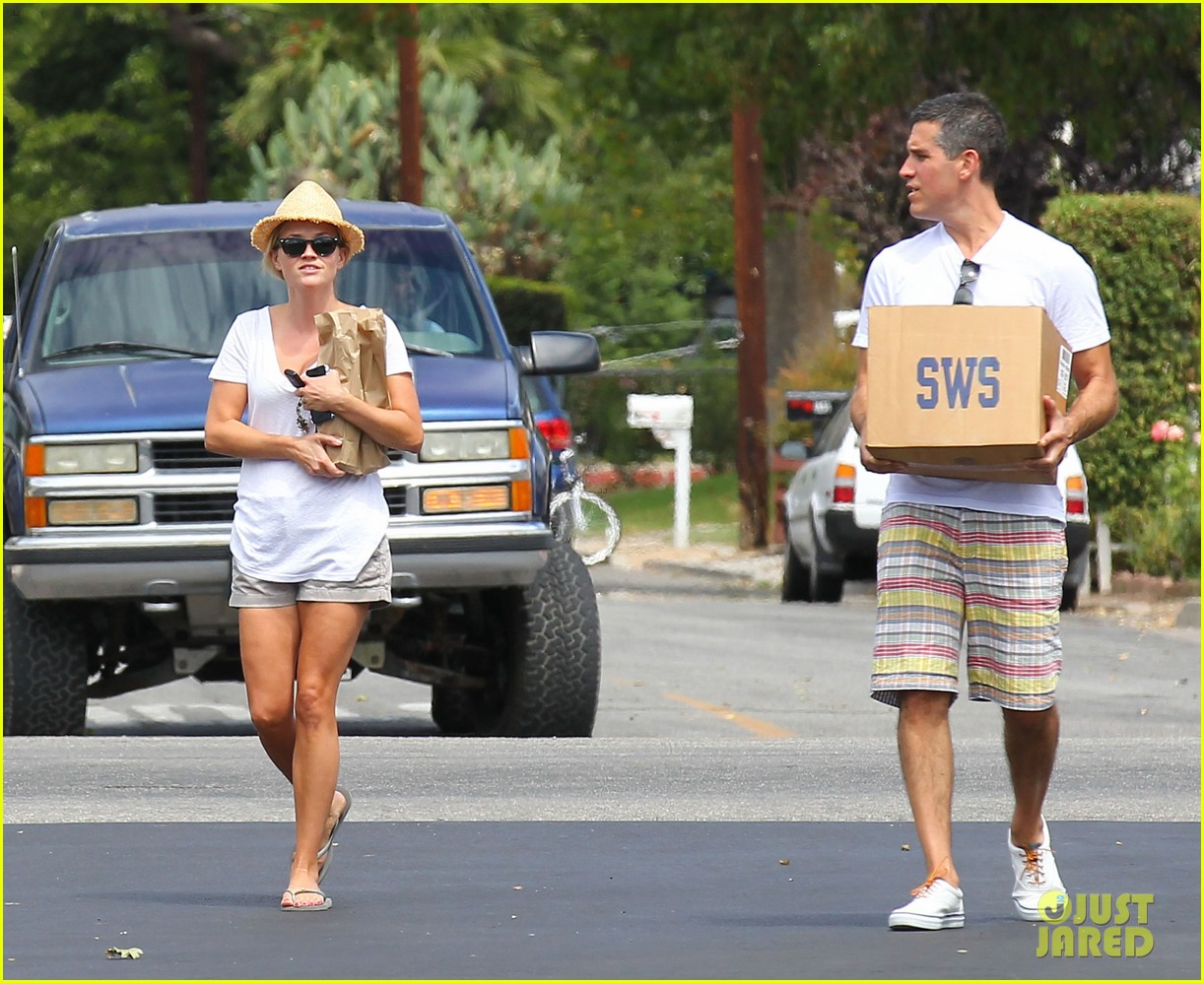 reese witherspoon jim toth labor day grocery shopping 152942391