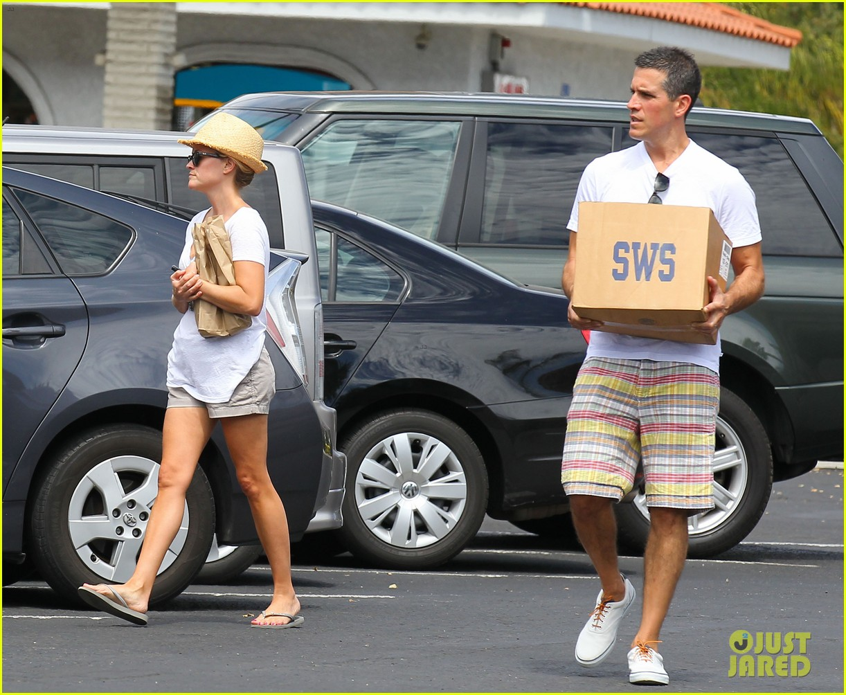 reese witherspoon jim toth labor day grocery shopping 172942393