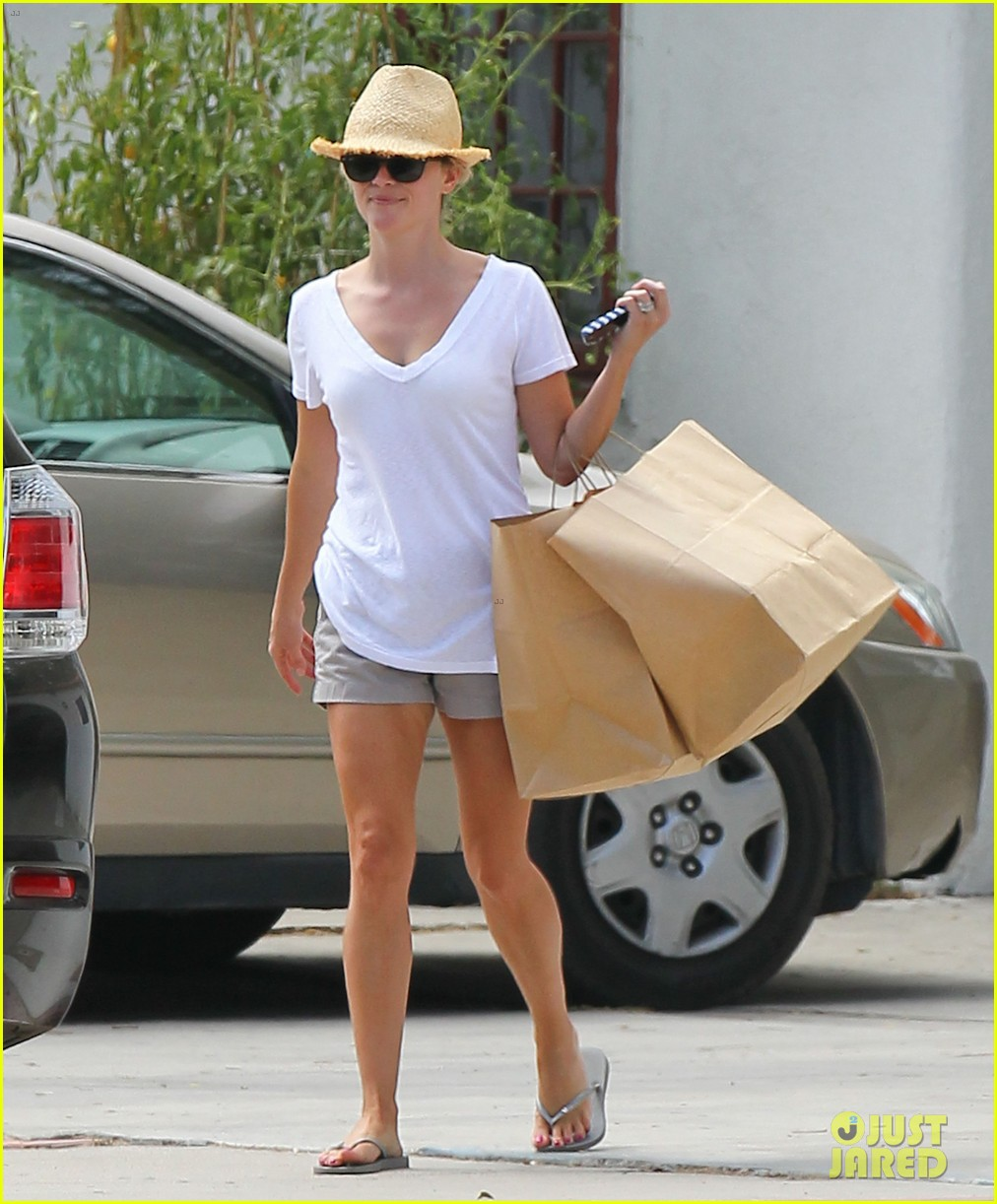 reese witherspoon jim toth labor day grocery shopping 192942395