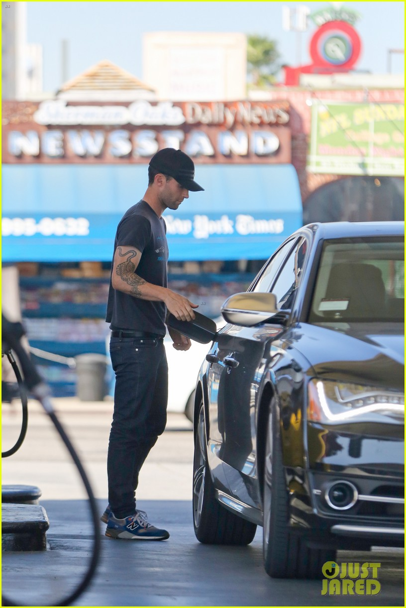 adam levine steps out after dinner with behati prinsloos parents 052975553