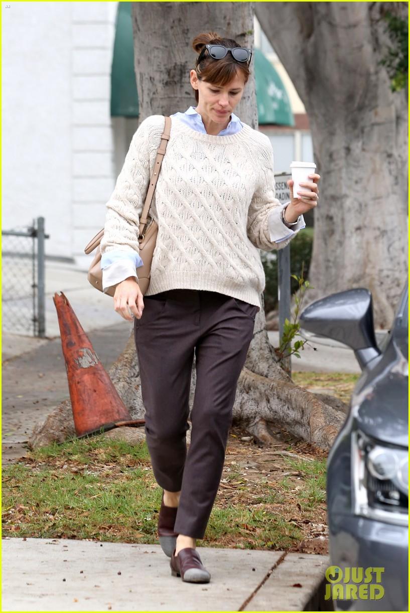 ben affleck jennifer garner hold hands for coffee run 022981378
