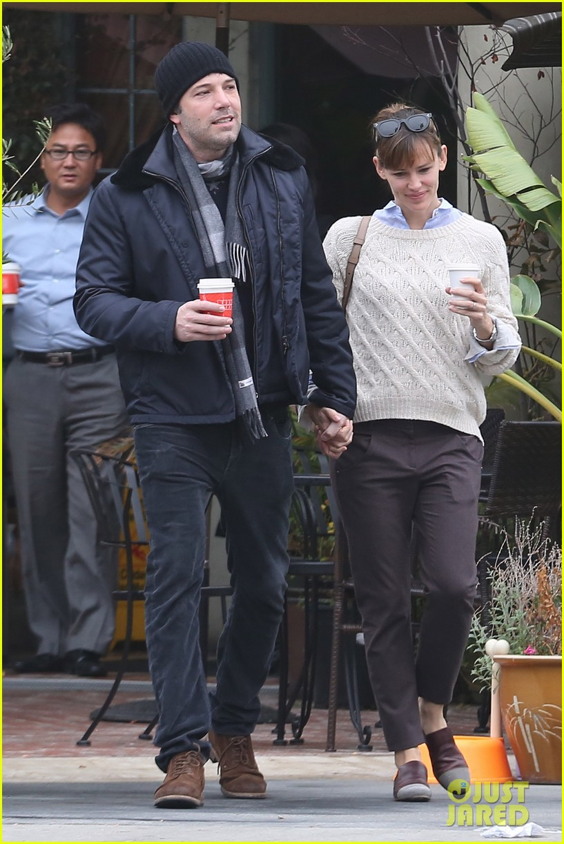 ben affleck jennifer garner hold hands for coffee run 152981391