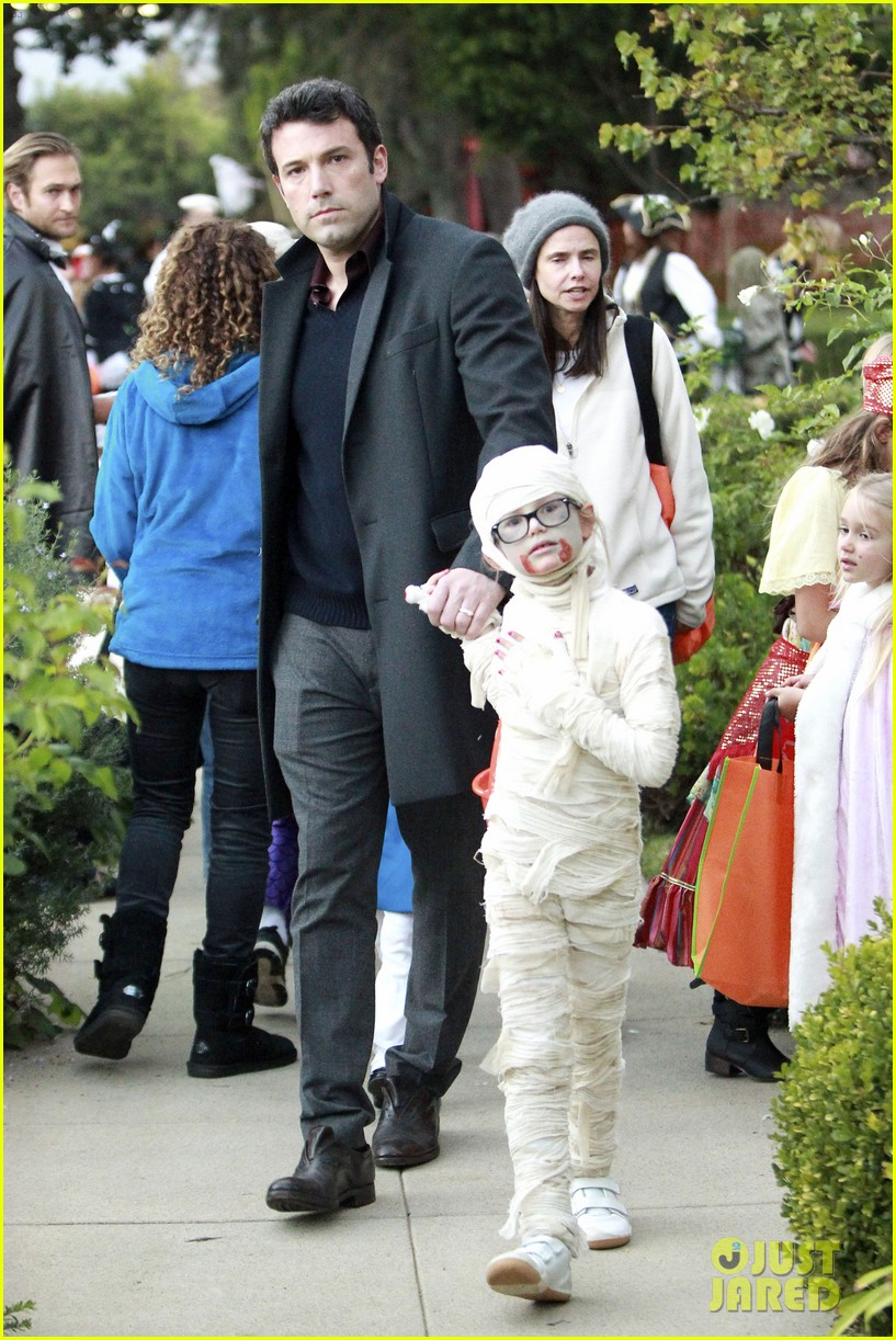 ben affleck jennifer garner halloween trick or treating 102983879