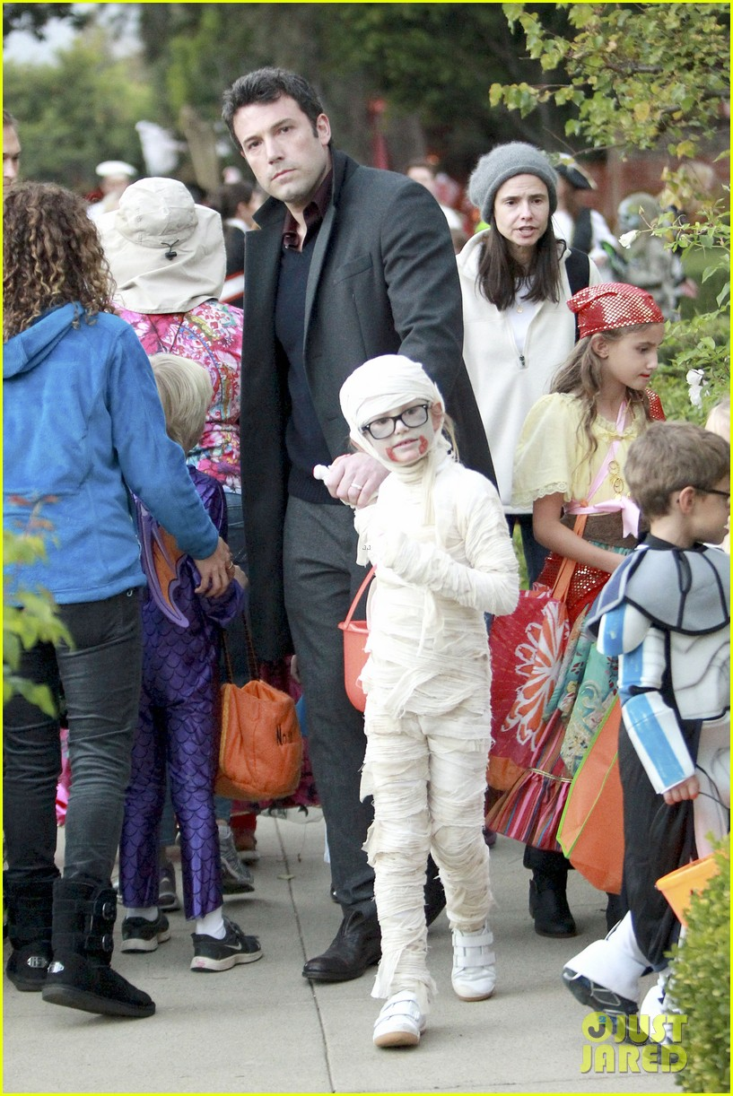 ben affleck jennifer garner halloween trick or treating 142983883
