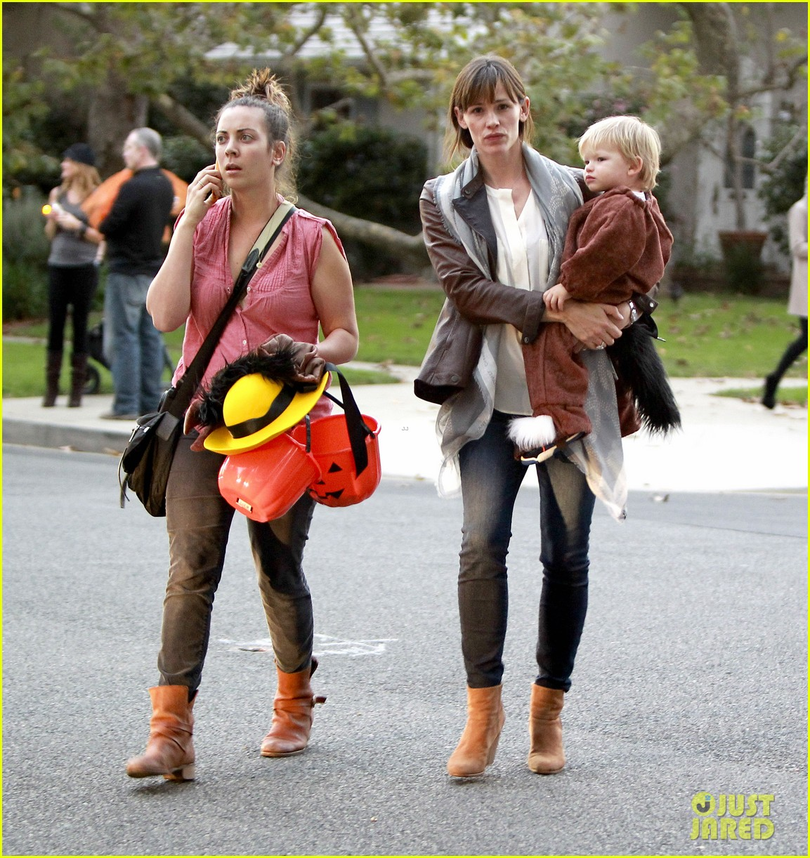 ben affleck jennifer garner halloween trick or treating 152983884