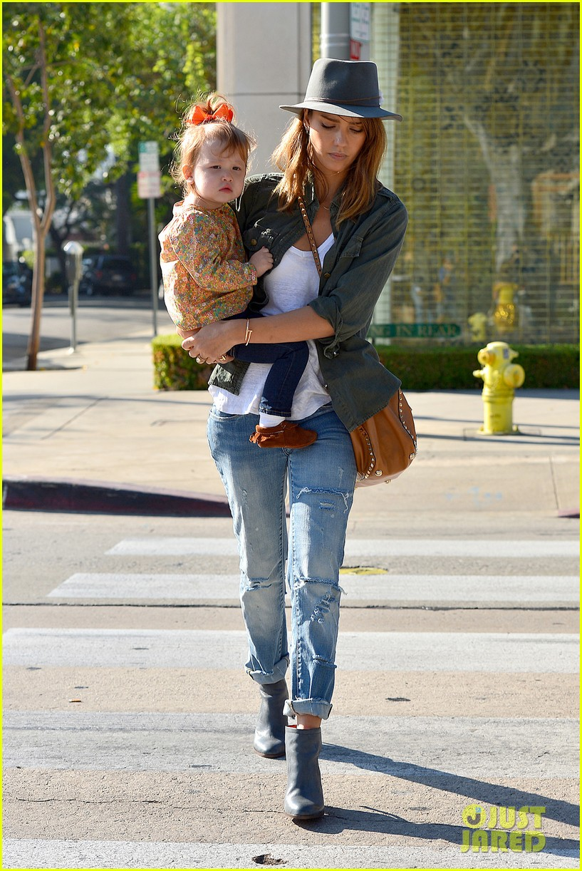 jessica alba visits mr bones brunches with her gals 122971527