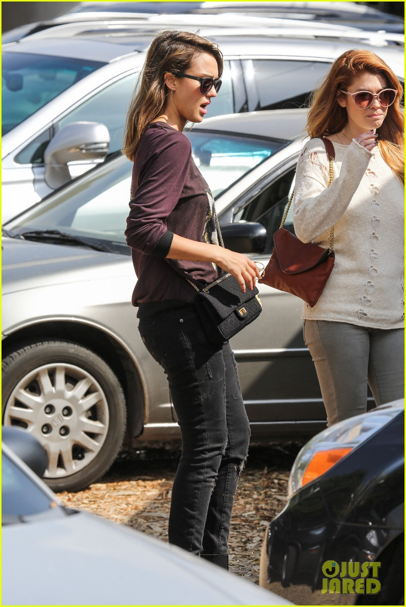 jessica alba visits mr bones brunches with her gals 282971543