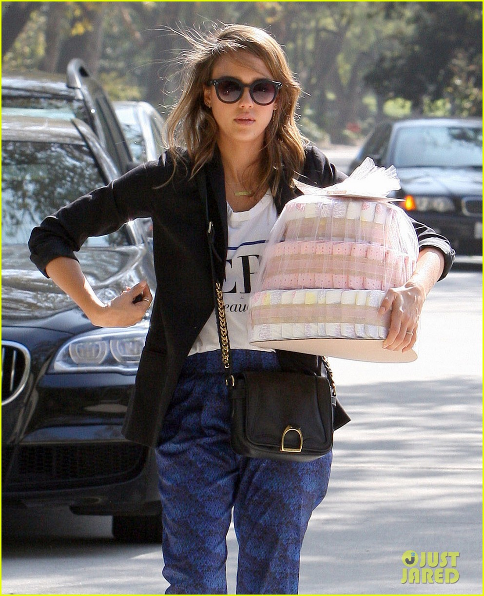 jessica alba gifts honest company diapers at baby shower 022981681