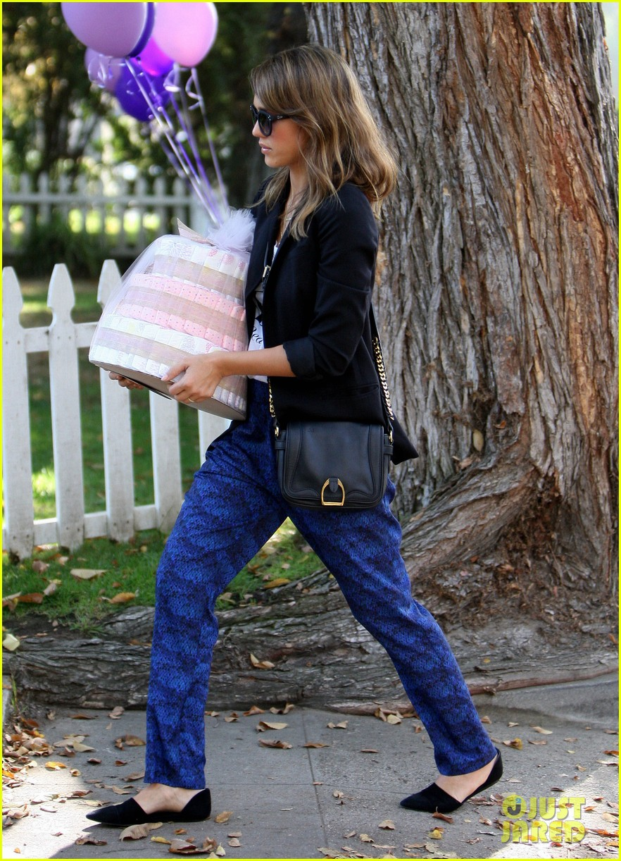 jessica alba gifts honest company diapers at baby shower 032981682