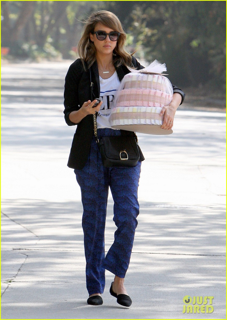 jessica alba gifts honest company diapers at baby shower 052981684