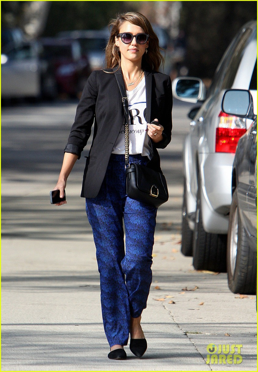 jessica alba gifts honest company diapers at baby shower 062981685