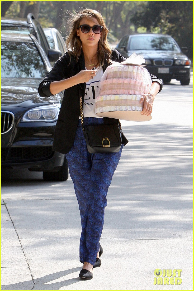 jessica alba gifts honest company diapers at baby shower 09