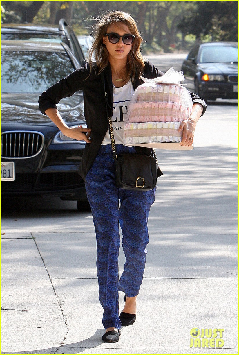 jessica alba gifts honest company diapers at baby shower 102981689