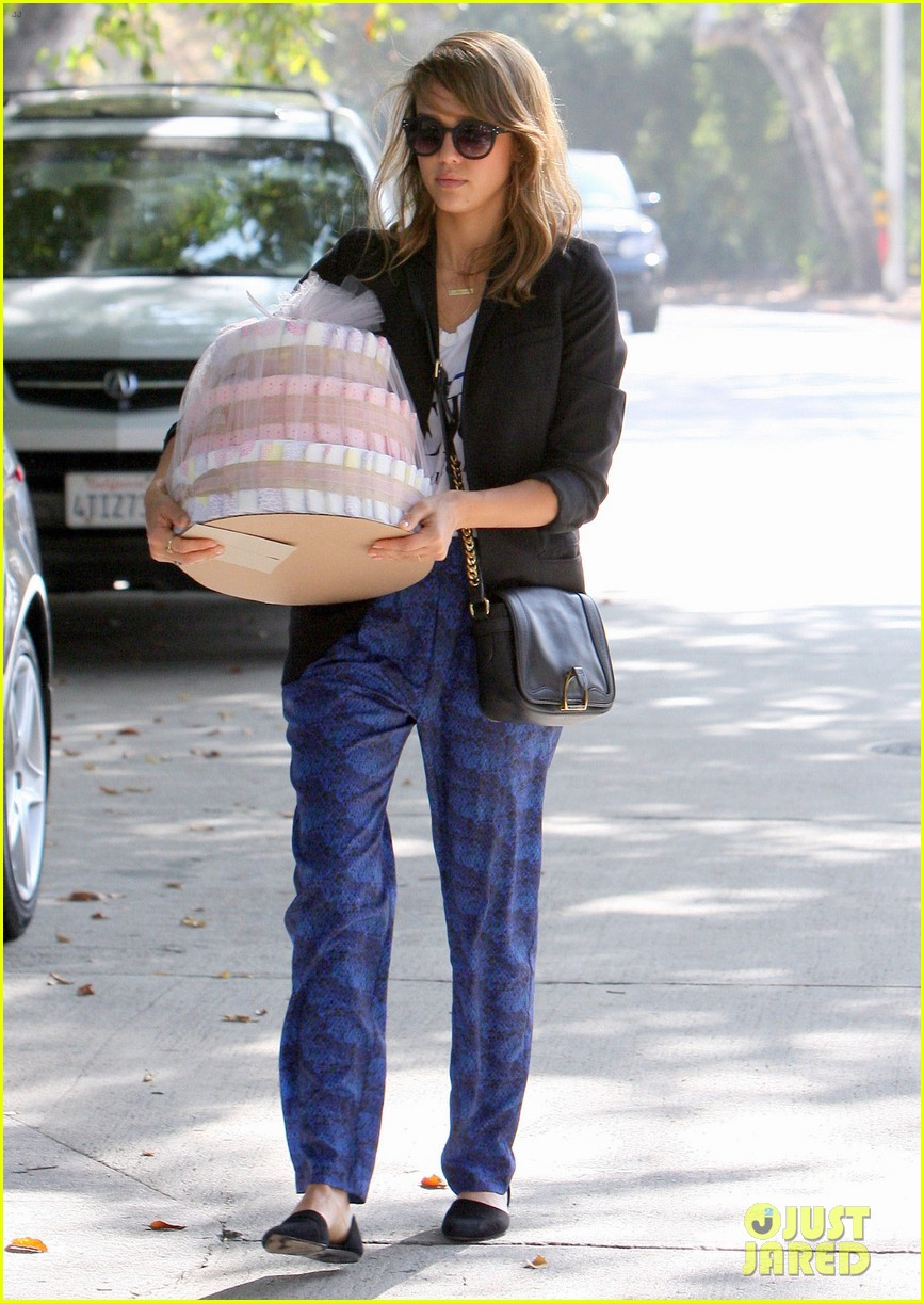 jessica alba gifts honest company diapers at baby shower 132981692