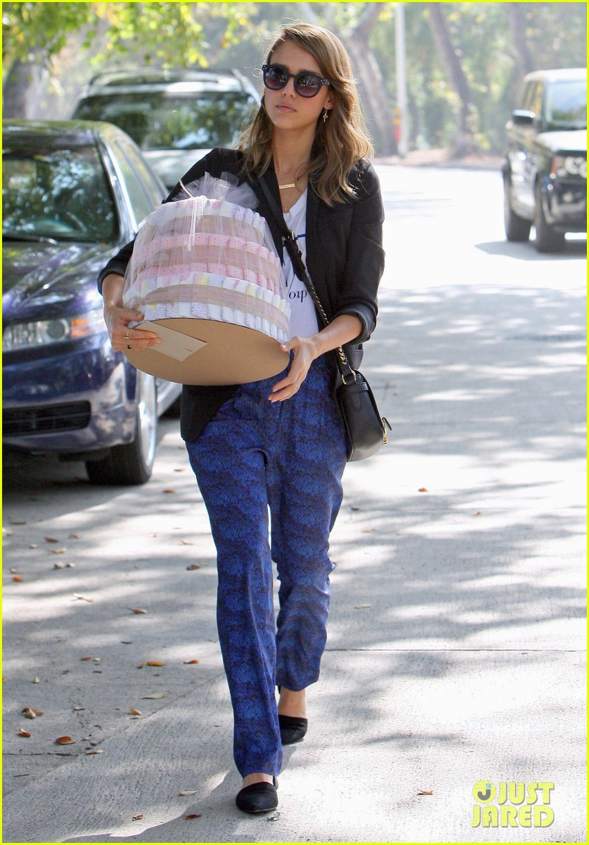 jessica alba gifts honest company diapers at baby shower 142981693