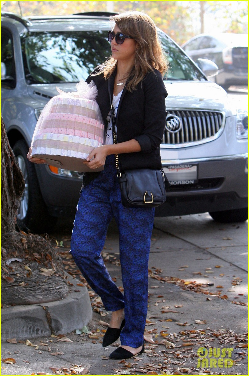 jessica alba gifts honest company diapers at baby shower 152981694