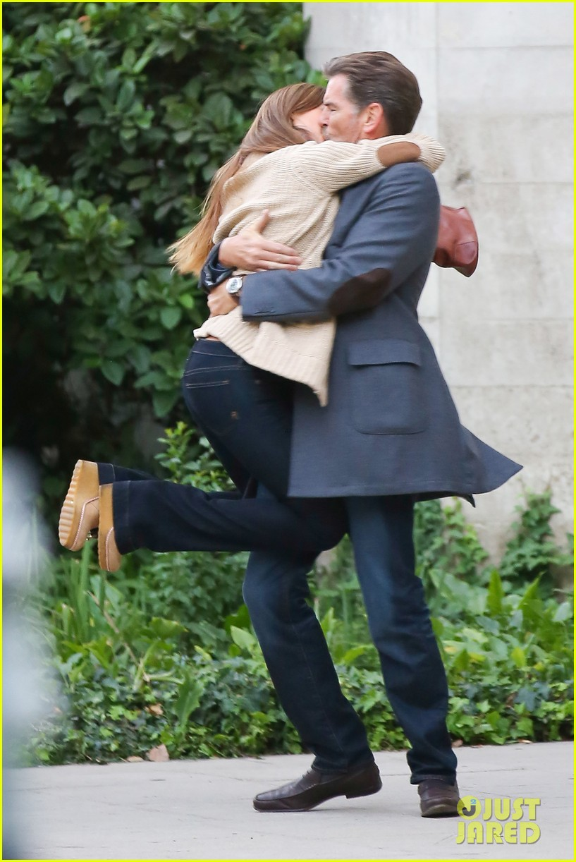jessica alba passionately kisses pierce brosnan for movie 092983291