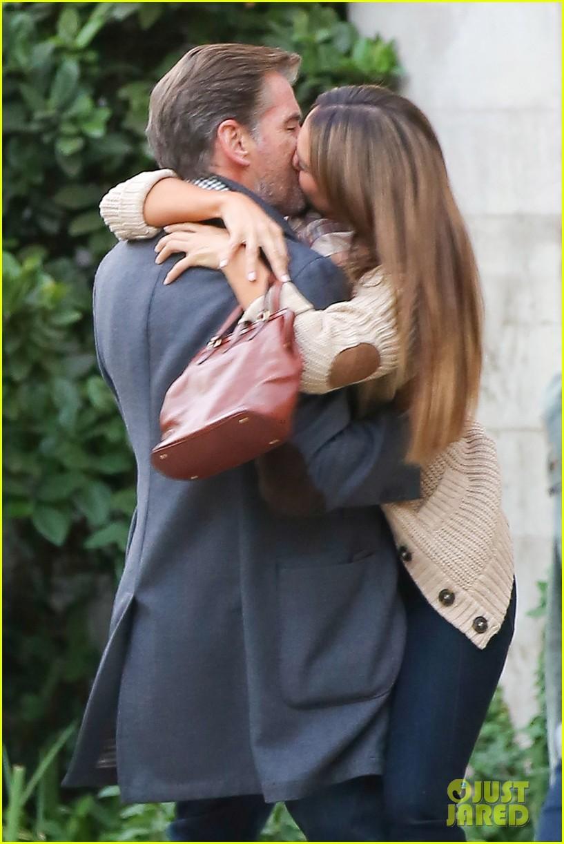 jessica alba passionately kisses pierce brosnan for movie 112983293