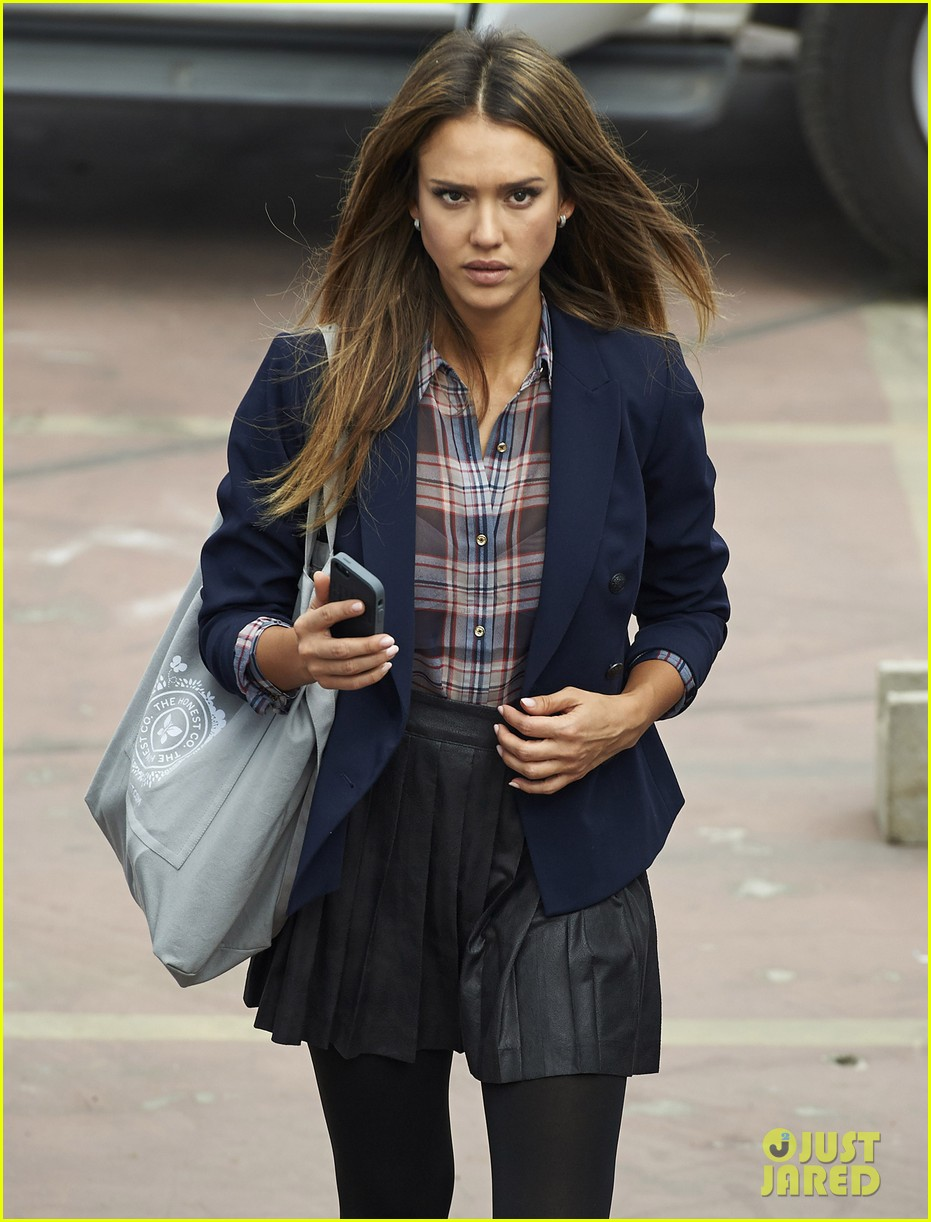 jessica alba englishman set with pierce brosnan 262982553