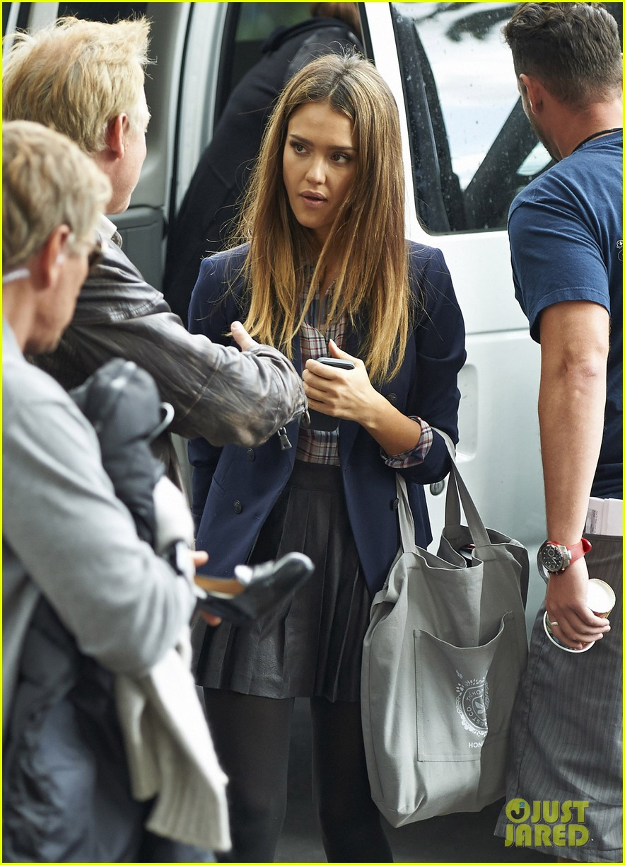 jessica alba englishman set with pierce brosnan 272982554
